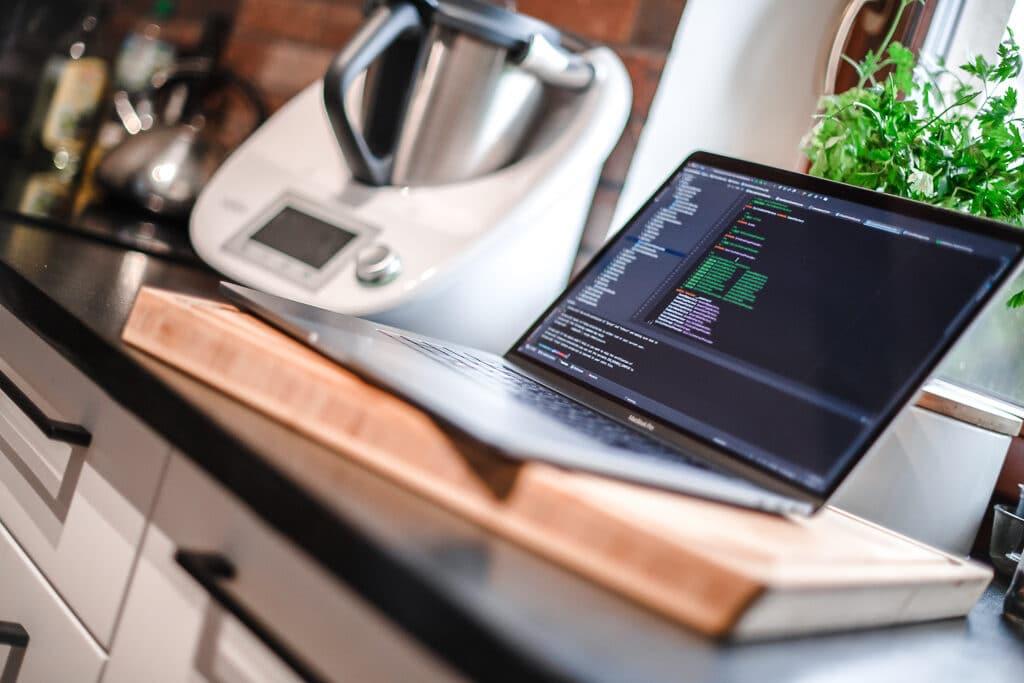multitasking - komputer nablacie